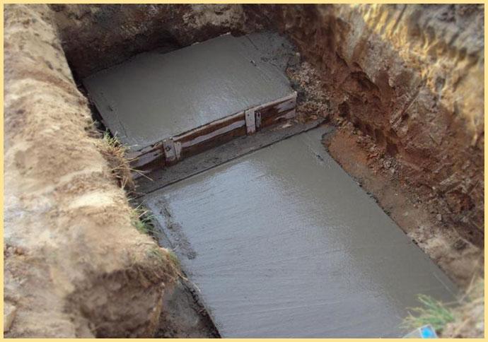 Дно ямы залито бетоном