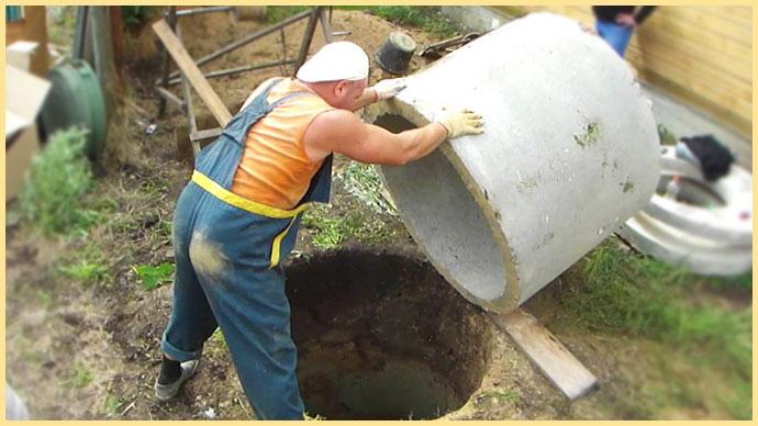 Погрузка колец в яму в ручную