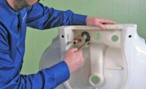 На линии крепления отмечаем точки для отверстий крепления раковины к стене