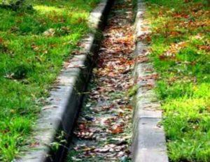 Магистральные либо основные, по которым происходит отведение воды от зданий, дорог.