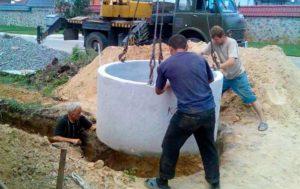 Под колодец выкапывают яму