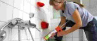 С помощью герметика устраняют промежутки между ванной со стенами.