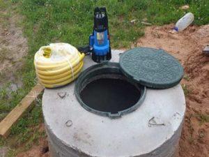 Септик, накапливающий стоки, является аналогом сливной ямы. Представляет собой емкость с одним отсеком, который отличается герметичностью, прочностью. В емкость стекают стоки для временного хранения. Время от времени бак наполняется, требует очистки посредством ассенизаторских услуг.