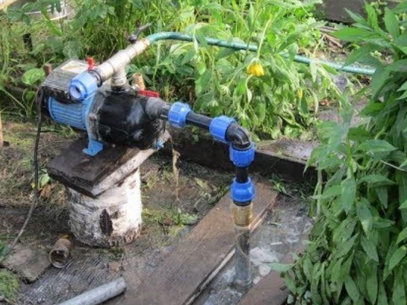 3.обсадную трубу в скважину забивают непосредственно в землю, не применяя метод бурения.