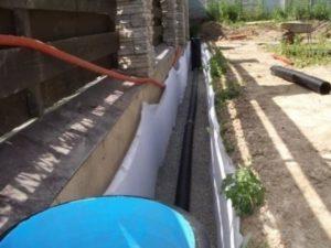 -щебенкой 0.5 метров (трубу для дренажа кладут внутрь).